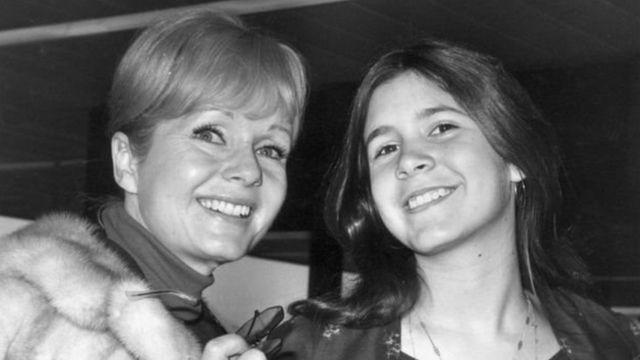 डेबी रेयनॉल्ड्स के साथ बेटी कैरी फ़िशर