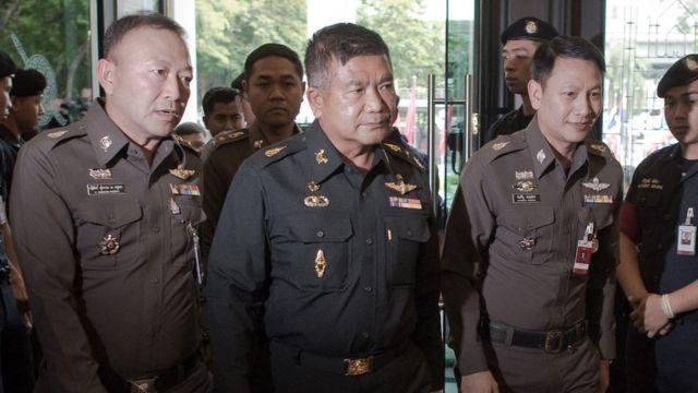 พล.ท. มนัส คงแป้น (คนกลาง) อดีตผู้ทรงคุณวุฒิกองทัพบก