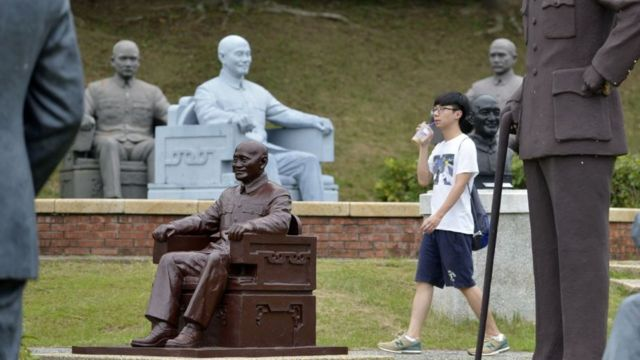 台湾北部城市桃园一个公园里的蒋介石雕像。