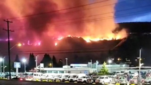 Kamloops, British Columbia, Kanada'da bir tepede orman yangını yanıyor, 1 Temmuz 2021