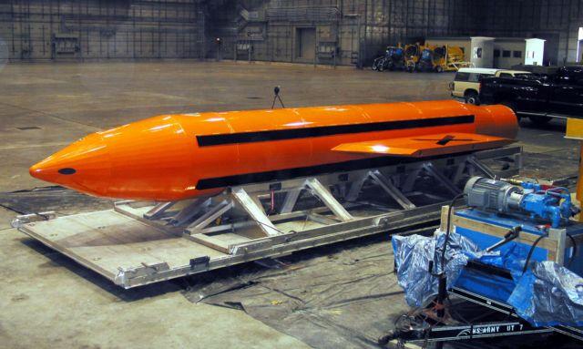 """ภาพ """"แม่แห่งระเบิดทั้งมวล"""" หรือ ระเบิด GBU-43/B ซึ่งมีอานุภาพทำลายล้างสูงสุดในบรรดาระเบิดที่ไม่ใช่นิวเคลียร์"""
