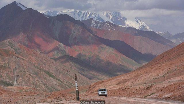 路途遥远,地势凶险,人迹罕至,几乎看不到别的车辆。
