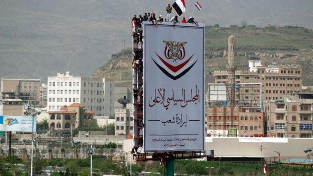 Des manifestants brandissant le drapeau yéménite à Sanaa, le 20 août 2016.