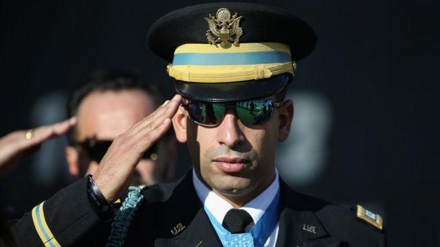 Militar saluda a la bandera de Estados Unidos.