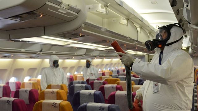 Petugas menyemportkan anti septik di dalam pesawat di Thailand tahun 2015 untuk mencegah Middle East Respiratory Syndrome atau MERS.