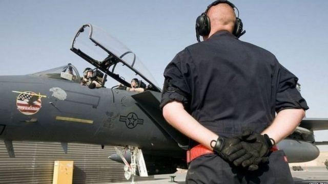 போயிங், F-15 மற்றும் F-18 போர் விமானங்களை தயாரிக்கிறது.