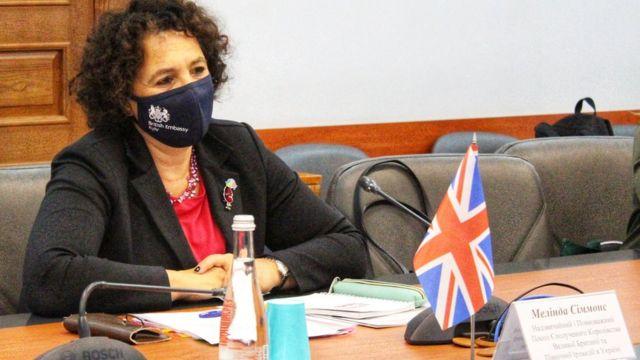 пані посол Мелінда Сіммонс