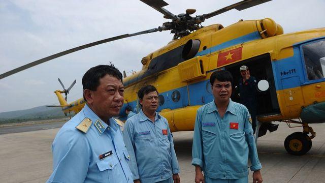 Phó Tư lệnh Không quân Việt Nam Đỗ Minh Tuấn (L) đứng cạnh các thành viên phi hành đoàn (C) trực thăng MI-171 tại sân bay Phú Quốc năm 2014