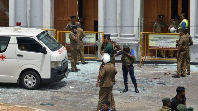 رجال الإسعاف وجنود الجيش عند موقع احد التفجيرات