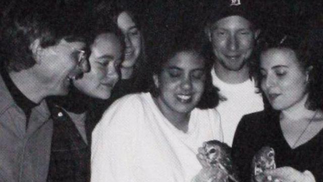Una foto del anuario con Sarah (tercera a la izquierda) y Andrea (extremo derecho).
