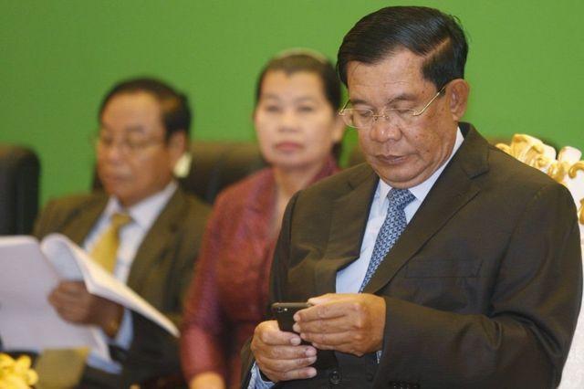 Dù luôn nói rằng ông không phải là một người thạo công nghệ, Hun Sen có một số lượng lớn người theo dõi trên Facebook