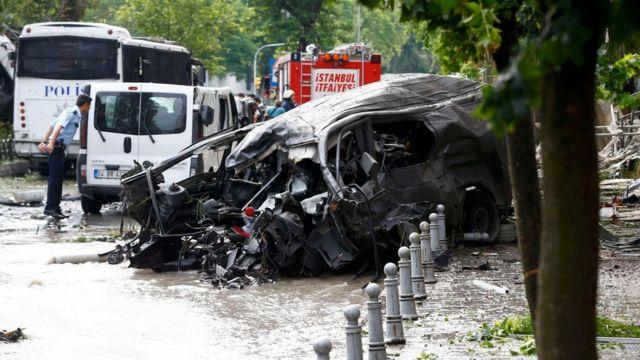 バスの通過を待って爆発物を積んだ車を遠隔操作で爆発させたとみられている