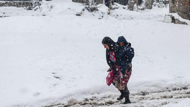 Küçükpazar rayonunda Suriyalı qadın oğlunu daşıyır.