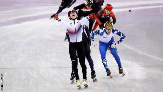 임효준이 10일 강원도 강릉 아이스아레나에서 열린 평창동계올림픽 쇼트트랙 남자 1500m 결승전에서 1위를 차지한 뒤 환호하고 있다