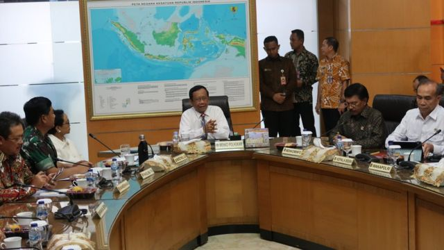 Menko Polhukam Mahfud MD (di tengah) mengelar rapat paripurna tingkat menteri (RPTM) guna membahas perkembangan situasi dan penanganan persoalan di Papua di kantor Kemenko Polhukam, Jakarta, Jumat (27/12).