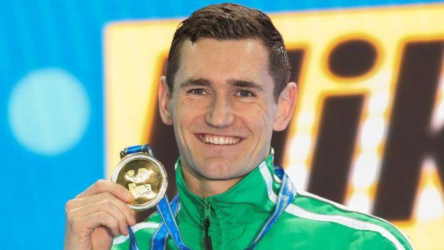 Cameron Van Der Burgh pose avec sa médaille d'or après avoir remporté la finale du 50m brasse masculin lors de la 6ème journée des 14èmes championnats du monde de natation en 2018