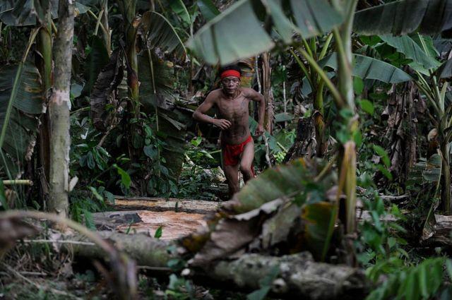 Yanomami correndo na selva da Venezuela