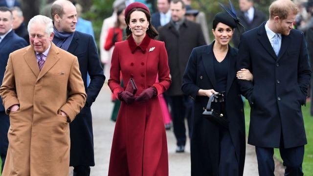 Miembros de la familia real británica: de izquierda a derecha, el príncipe Carlos, el príncipe William, Kate Middleton y los duques de Sussex