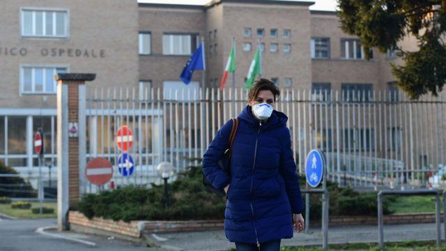 Enfermeira com máscara na saída de hospital em Codogno, Itália