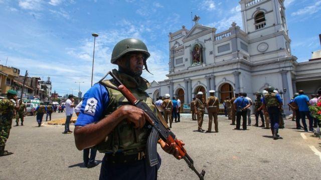 Santuario de San Antonio en la capital de Sri Lanka, Colombo. rodeado de policías