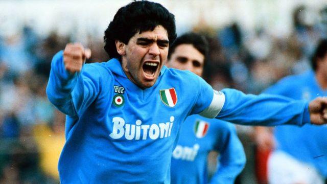 دييغو مارادونا يحتفل بتسجيله هدفا مع نابولي