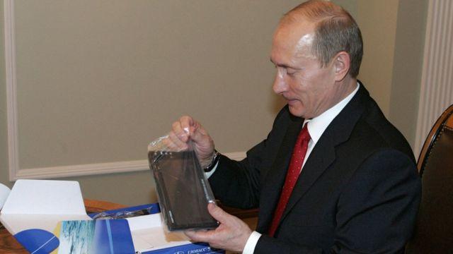 Владимир Путин рассматривает спутниковый навигатор Glospace Ново-Огарево, 29 декабря 2007 года)