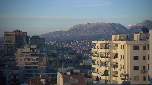 Arnavutluk'ta bir şehir manzarası.