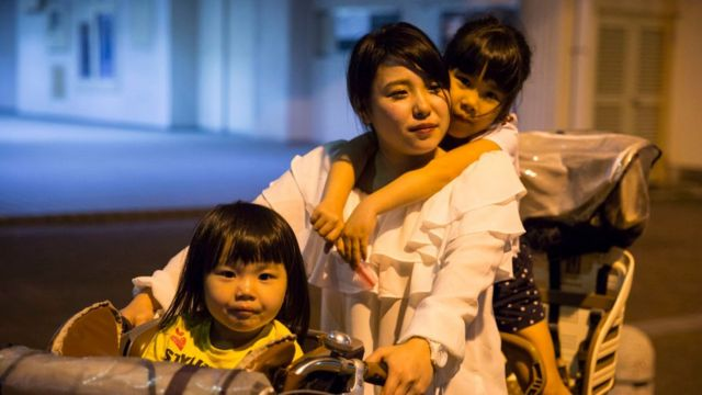 Mulher japonesa com seus filhos