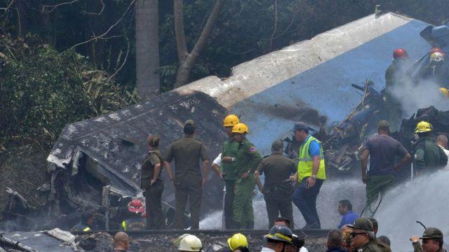 Equipos de emergencia entre los restos del avión.