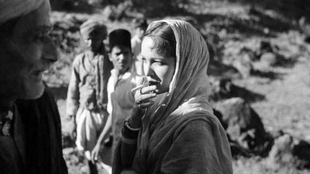 ఇజ్జత్ సినిమాలో దేవికా రాణి, కమ్తా ప్రసాద్