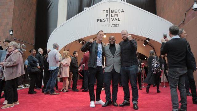 O diretor de fotografia Neirin Jones com Alan Duarte e o diretor Ben Holman na cerimônia de premiação do Tribeca