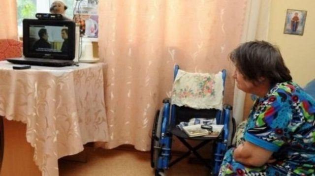 Бабушка смотрит телевизор
