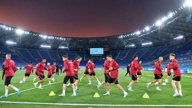 Сборная Турции тренируется на стадионе в Риме