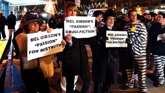 Manifestantes segurando cartazes