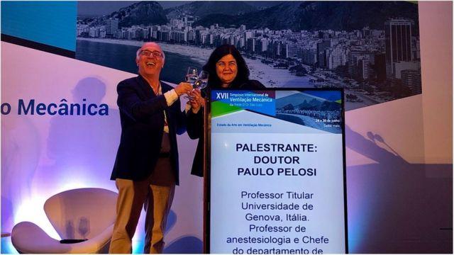 Carmen Barbas ao lado do colega e professor da Universidade de Gênova Paolo Pelosi durante encontro internacional de médicos intensivistas no Rio de Janeiro