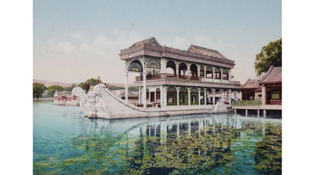 Barco de Mármol del Palacio de Verano en Pekín, China, foto tomada entre 1889 y 1911. Swiss Camera Museum Collections