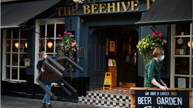 قد تتضمن القيود الجديدة في بريطانيا إغلاق الحانات ووضع قيود على ارتياد المطاعم