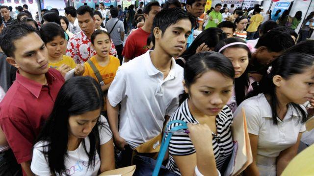 Filipinos en una fiera de trabajo