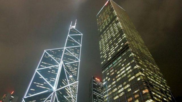 برج بانک چین در هنگ کنگ (سمت چپ)