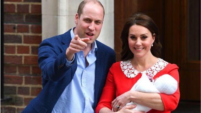 Стоило герцогине Кембриджской явиться публике с новорожденным принцем Луи на руках, как красное платье дизайнера Дженни Пекхэм стало хитом продаж