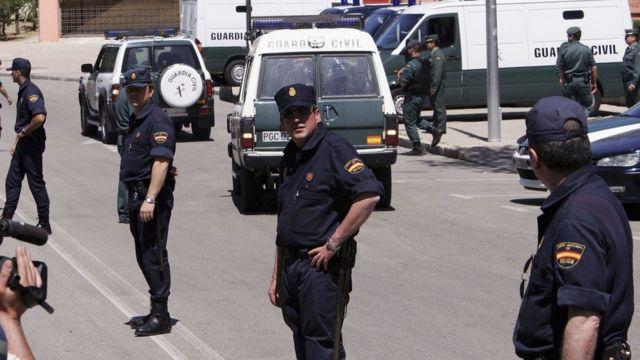 Policías vigilan la entrada a un tribunal en Madrid, donde se juzgaban a 24 acusados de colaborar con los ataques del 11-S en EE.UU.