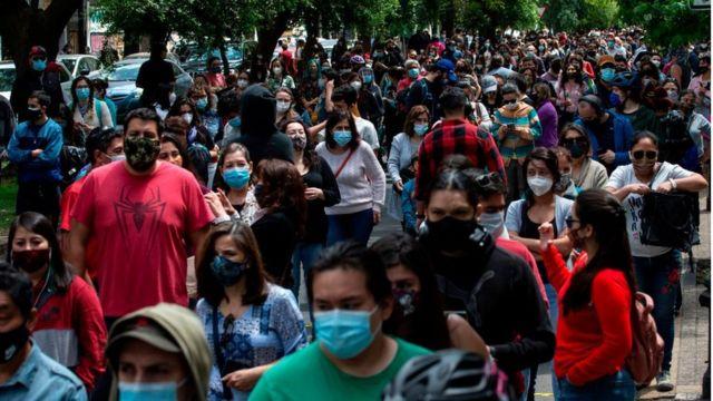 Filas de gente para votar en Chile