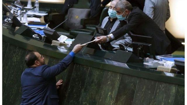 به دلیل شیوع ویروس کرونا حسن روحانی برای ارائه لایحه بودجه به مجلس نرفت و معاون پارلمانی وی آن را به مجلس برد