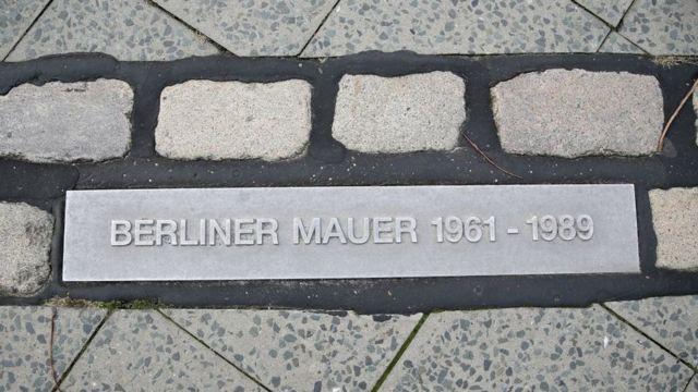 Мемориальный кирпич по маршруту прохождения Берлинской стены