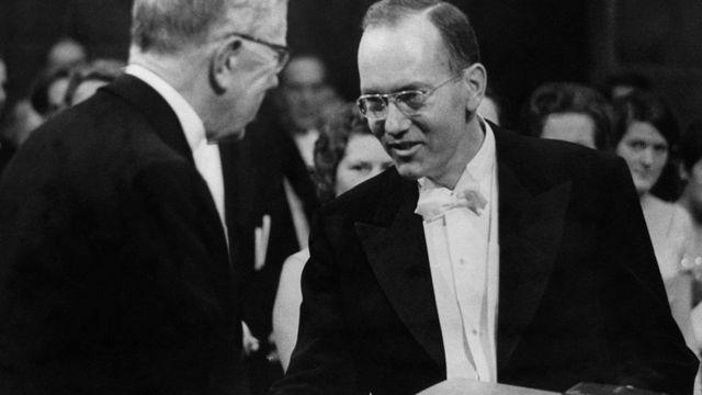 Charles Townes en 1964, recibiendo el premio Nobel de Física.