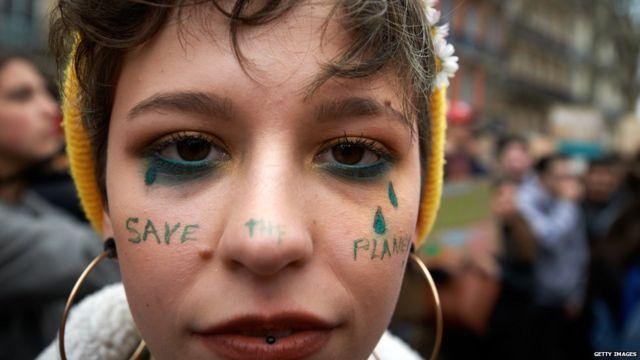 Adolescente en una manifestación contra el cambio climático