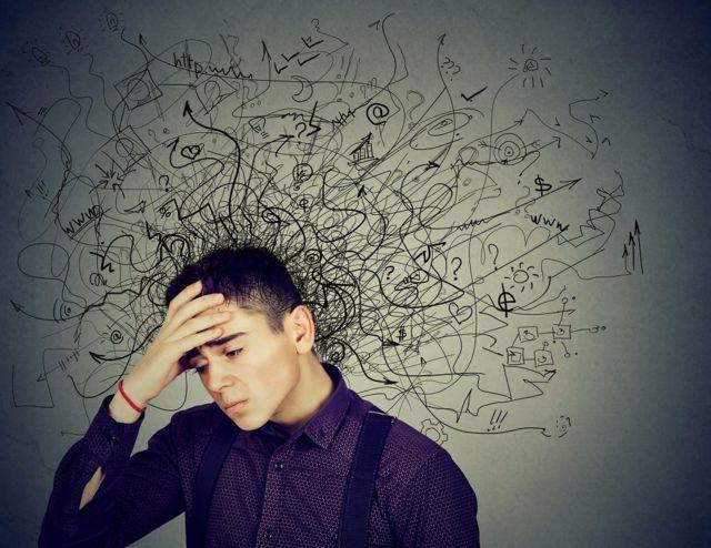 Garoto segura a cabeça pensativo