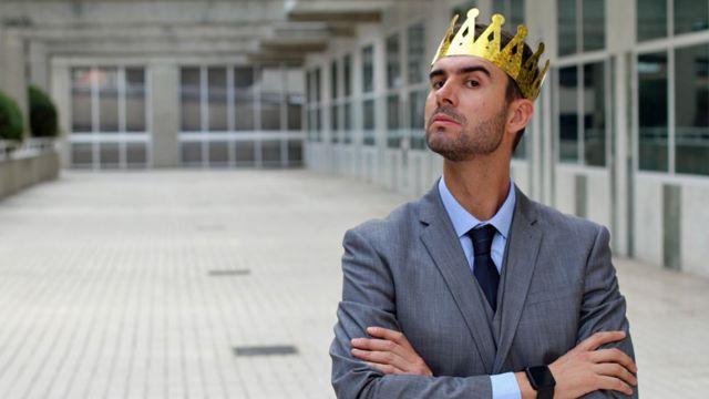Retrato ilustrativo de homem com uma coroa na cabeça