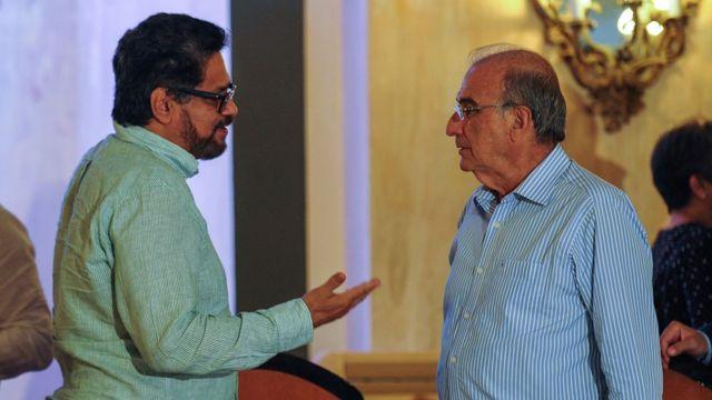 Iván Márquez, de las FARC, y Humberto De la Calle, conversando en La Habana, Cuba