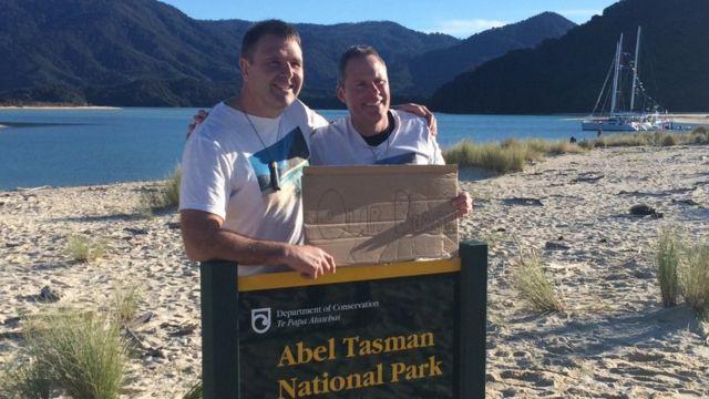Ativistas Duane Major (à esq.) e Adam Gardner comemoraram a compra em praia neozelandesa, em 10/7/2016